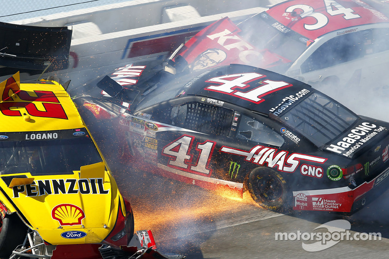 Crash for Joey Logano, Team Penske Ford, Kurt Busch, Stewart-Haas Racing Chevrolet, David Ragan, Front Row Motorsports Ford