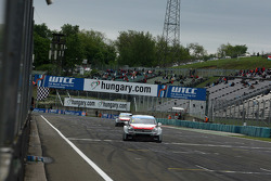 Chequered flag for Yvan Muller, Citroen C-Elysee WTCC, Citroen Total WTCC