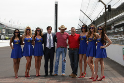 Jason Aldean with the lovely IMS girls