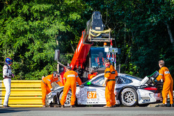 Crash for #67 IMSA Performance Matmut Porsche 911 GT3 RSR (997): Erik Marris out of the car
