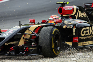 Pastor Maldonado, Lotus F1 E21 runs wide off the circuit
