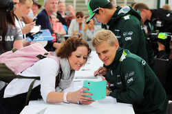 Marcus Ericsson, Caterham CT05 with a fan