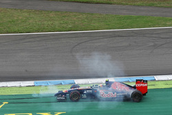 Daniil Kvyat, Scuderia Toro Rosso STR9 spins after colliding with Sergio Perez, Sahara Force India F1 VJM07