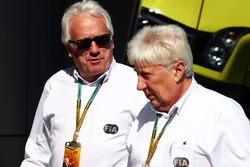 (从左至右): 查理·怀汀, FIA官员 和 赫比·布拉什, FIA官员