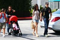 Pastor Maldonado, Lotus F1 Team with his wife Gabriele and daughter Victoria