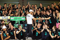 Nico Rosberg, Mercedes AMG F1 celebrates with the Mercedes AMG F1 team