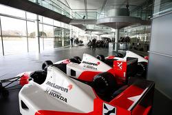 Yasuhisa Arai, baas van Honda Motorsport, Jenson Button, Kevin Magnussen, Fernando Alonso en Ron Dennis, voorzitter & CEO van McLaren