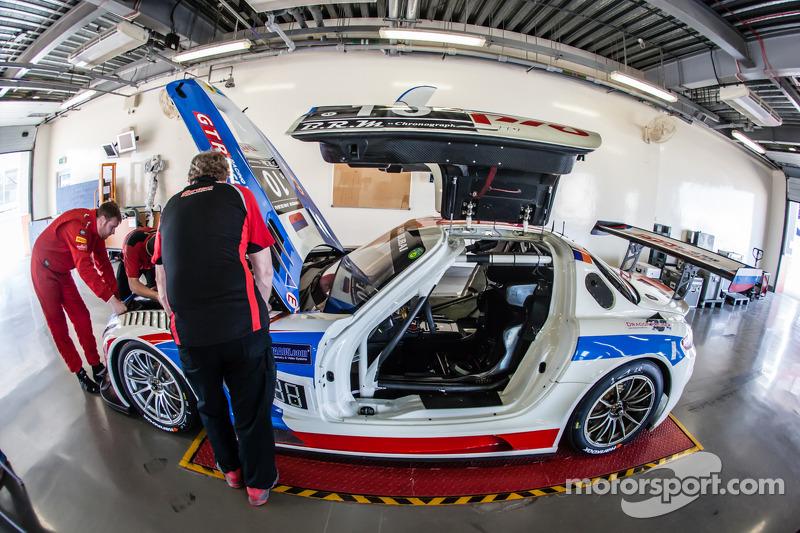 #10 GTRussian Mercedes SLS AMG GT3 bij de technische inspectie