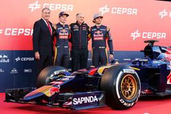 (L naar R): De Cepsa Vice-president van Marketing; Max Verstappen, Scuderia Toro Rosso; Franz Tost, Scuderia Toro Rosso teambaas; en Carlos Sainz Jr., Scuderia Toro Rosso, tijdens de Scuderia Toro Rosso STR10 onthulling