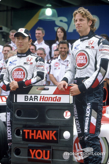 BAR-Honda photoshoot: Jenson Button and Takuma Sato pose with BAR-Honda team members