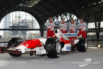 Race drivers Ralf Schumacher and Jarno Trulli with test drivers Olivier Panis and Ricardo Zonta with the Toyota TF105