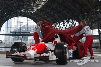 Ralf Schumacher and Jarno Trulli unveil the Toyota TF105
