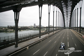 Williams-BMW event in Sydney: Mark Webber drives the WilliamsF1 BMW FW26 accross Sydney Harbour Bridge