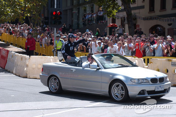 Street parade in Melbourne: Mark Webber waves to his fans