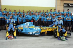 Renault F1 photoshoot: Fernando Alonso, Giancarlo Fisichella and Franck Montagny pose with Flavio Briatore and Renault F1 team members