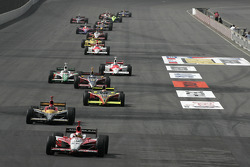 Dan Wheldon leads the field under yellow