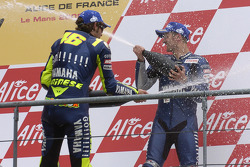 Podium: champagne for Valentino Rossi and Colin Edwards