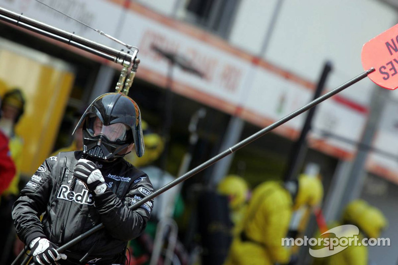Darth Vader als Lollipop-Mann bei Red Bull Racing
