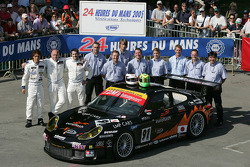 #91 T2M Motorsport Porsche 911 GT3 RS: Xavier Pompidou, Jean-Luc Blanchemain, Yutaka Yamagishi and team members