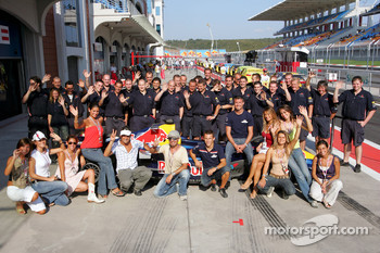 Turkish pop star Kenan Dogulu poses with David Coulthard, Christian Klien, Vitantonio Liuzzi and the Red Bull Racing team