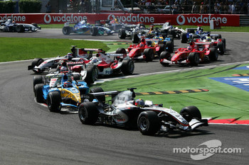 Start: Juan Pablo Montoya leads Fernando Alonso