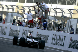 Nico Rosberg takes the checkered flag