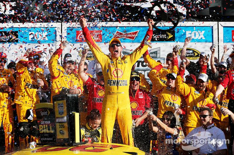 ganador de la Carrera de Joey Logano, del Equipo Penske Ford celebra