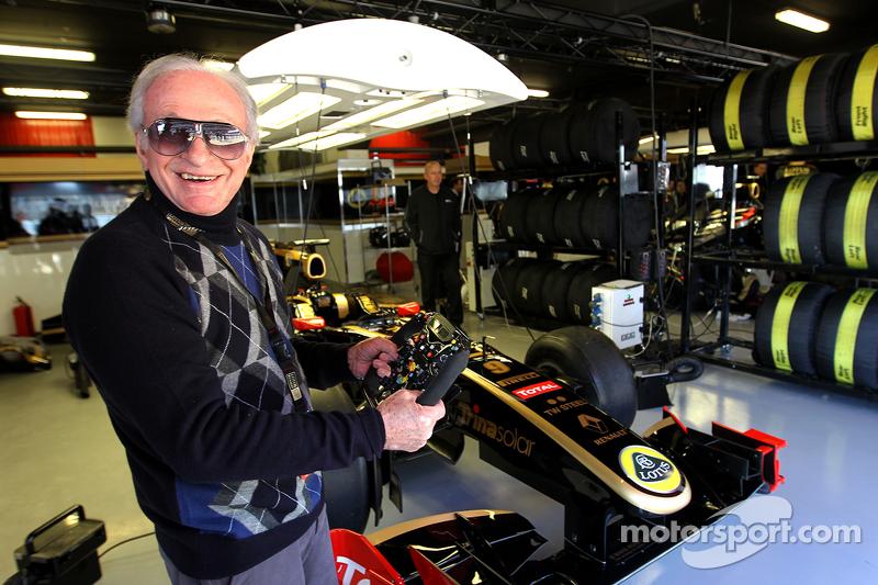 Gérard Ducarouge, ehemaliger Formel-1-Designer und Ingenieur, zu Besuch in der Lotus-Box