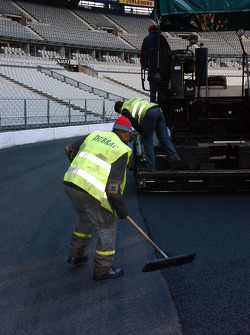 Tuesday, November 29: 720 tonnes of asphalt are poured onto the track in two layers, completion of the outer lane of the track
