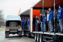 Team de Rooy: guests waits for their turn in the DAF CF75 FAV4x4