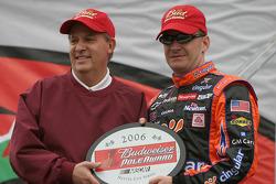 Drivers presentation: Jeff Burton accepts Bud Pole award