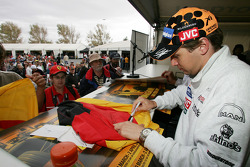 Christijan Albers signs autographs