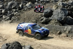 Red Bull goes off track: David Coulthard and Giniel de Villiers in a Volkswagen Touareg in front of a Scuderia Toro Rosso Racing car