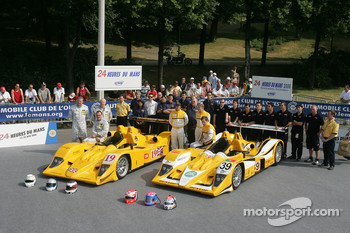 Bob Berridge, Gareth Evans, Peter Owen, Miguel Amaral, Miguel Angel Castro, Angel Burgueno and the Chamberlain - Synergy Motorsport Team pose with the Chamberlain - Synergy Motorsport Lola B06-10 AER
