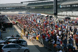 Pitlane walkabout is very busy with race fans
