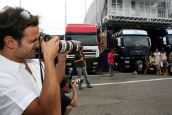 Vitantonio Liuzzi taking a picture of Formula Unas girls Enyerlina Sanches, Lena Issa, Maria Sinowzik, Maja Dejanovic, Sophie Gassmann and photographers
