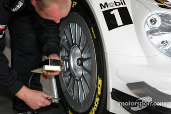 Different type of rim on the car of Jamie Green