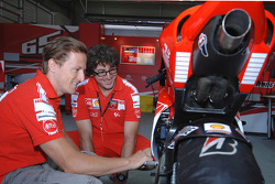 Sete Gibernau checks the new 800cc Ducati Desmosedici