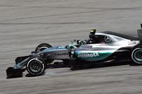Nico Rosberg, Mercedes AMG F1 W06 locks up under braking
