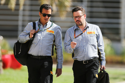 Khaled Jnifen, Pirelli, met Paul Hembery, Pirelli Motorsport-directeur