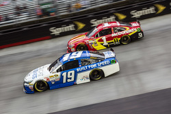 Carl Edwards, Joe Gibbs Racing Toyota and Jamie McMurray, Chip Ganassi Racing Chevrolet