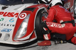 Tire change for #01 CompUSA Chip Ganassi with Felix Sabates Lexus Riley: Scott Pruett, Luis Diaz, Scott Dixon