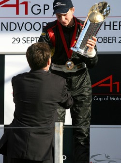 Jan-Peter Balkenende, Dutch Prime-Minister hands Nico Hulkenbergthe winners trophy