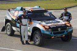 Team Lagos: Carlos Sousa and Andreas Schulz pose with the Volkswagen Touareg