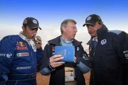 Giniel de Villiers, Volkswagen Motorsport engineer Jean-Claude Vaucard and Carlos Sainz