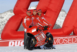 Loris Capirossi, Casey Stoner and Vittoriano Guareschi with the Ducati Desmosedici GP7