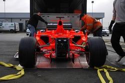 Spyker-Ferrari F8-VII is loaded to the truck via a crane