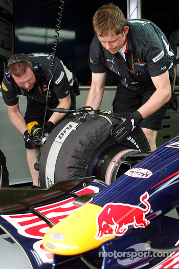 Red Bull Racing mechanics and an RBR3