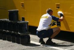 A Renault F1 Team member
