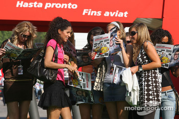 Formula Una girls read the Red Bulletin